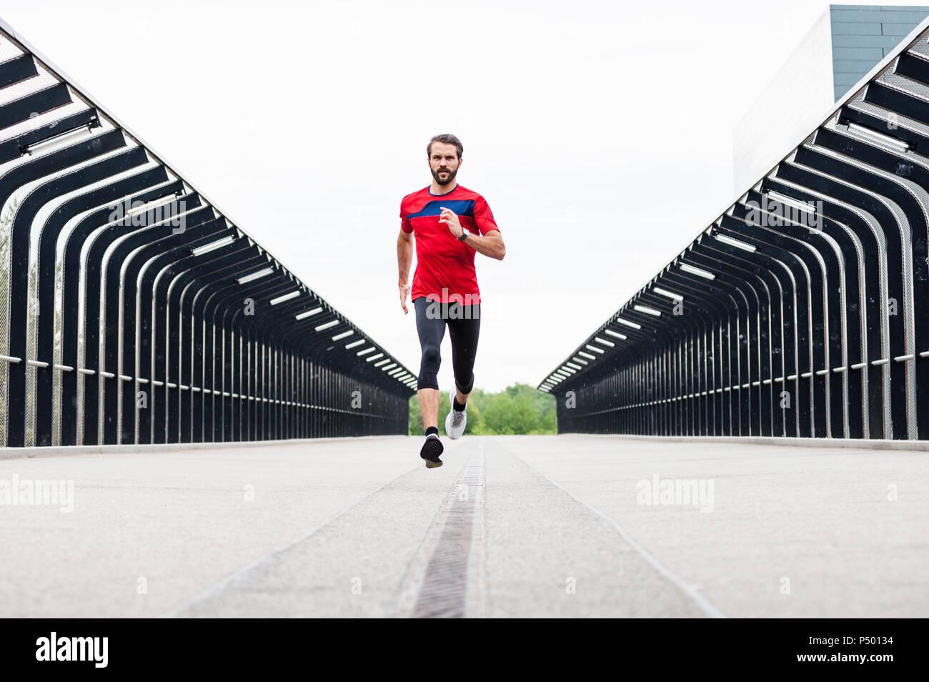 Hombre corriendo en un puente Imagen De Stock
