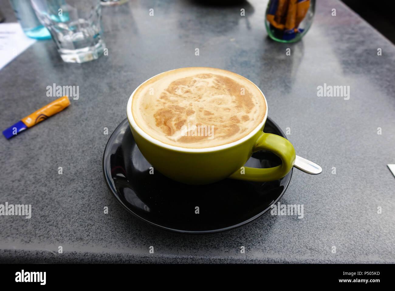 Un muy buen café blanco plana en Williamstown. Imagen De Stock
