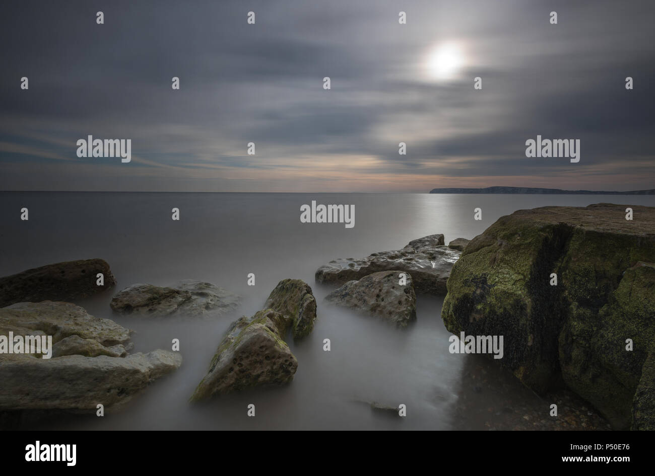 Una hermosa y atmosférica, Isla de Wight seascape o la puesta de sol sobre el mar en la bahía de Compton, cerca de la bahía de agua dulce. Imagen De Stock
