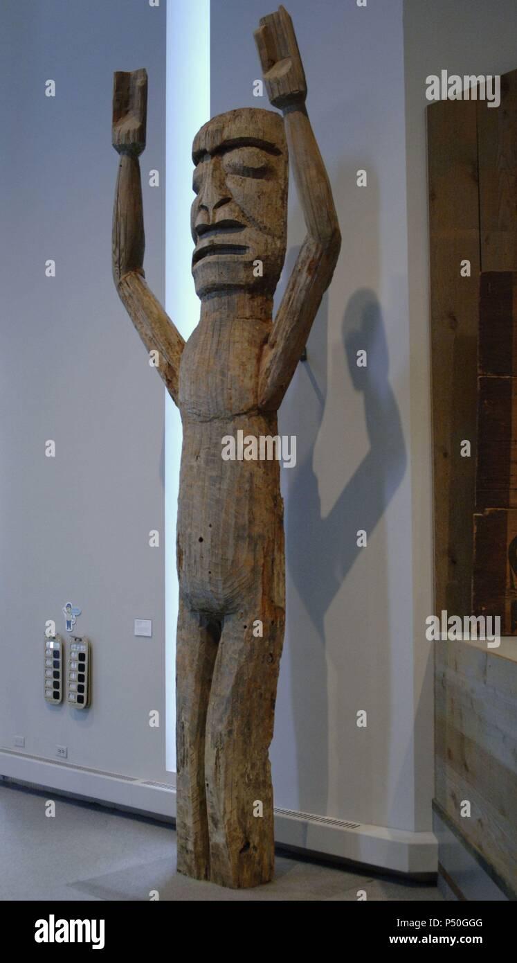 ARTE etnico. CULTURA KWAKWAKA'WAKW. SIGLO XX JEFE JOHNNY SCOW. FIGURA DE BIENVENIDA (hacia 1900) en madera de cedro. Canadá. Museo de Arte de Denver. El estado de Colorado. Estados Unidos. Imagen De Stock