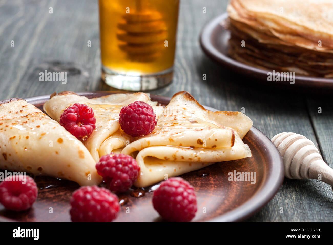 Tortitas con miel y frutas Foto de stock