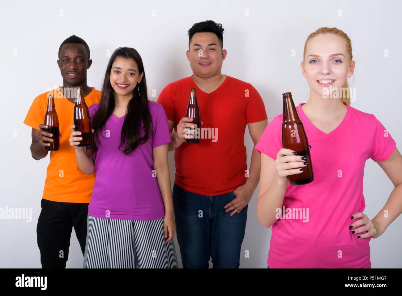 Foto de estudio de feliz joven con diverso grupo de multi eth Imagen De Stock