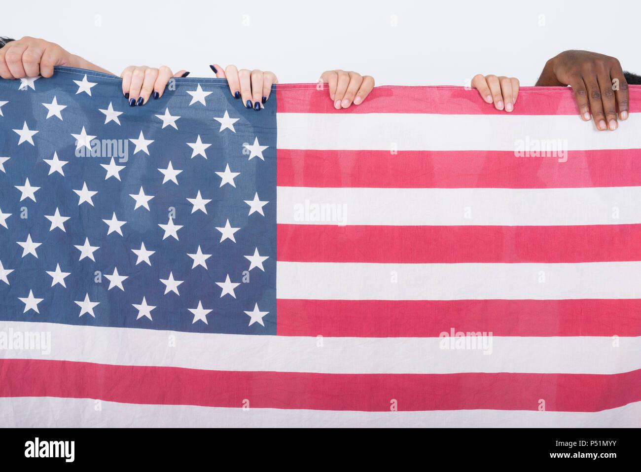 Foto de estudio de la bandera americana con diverso grupo de multi eth Imagen De Stock