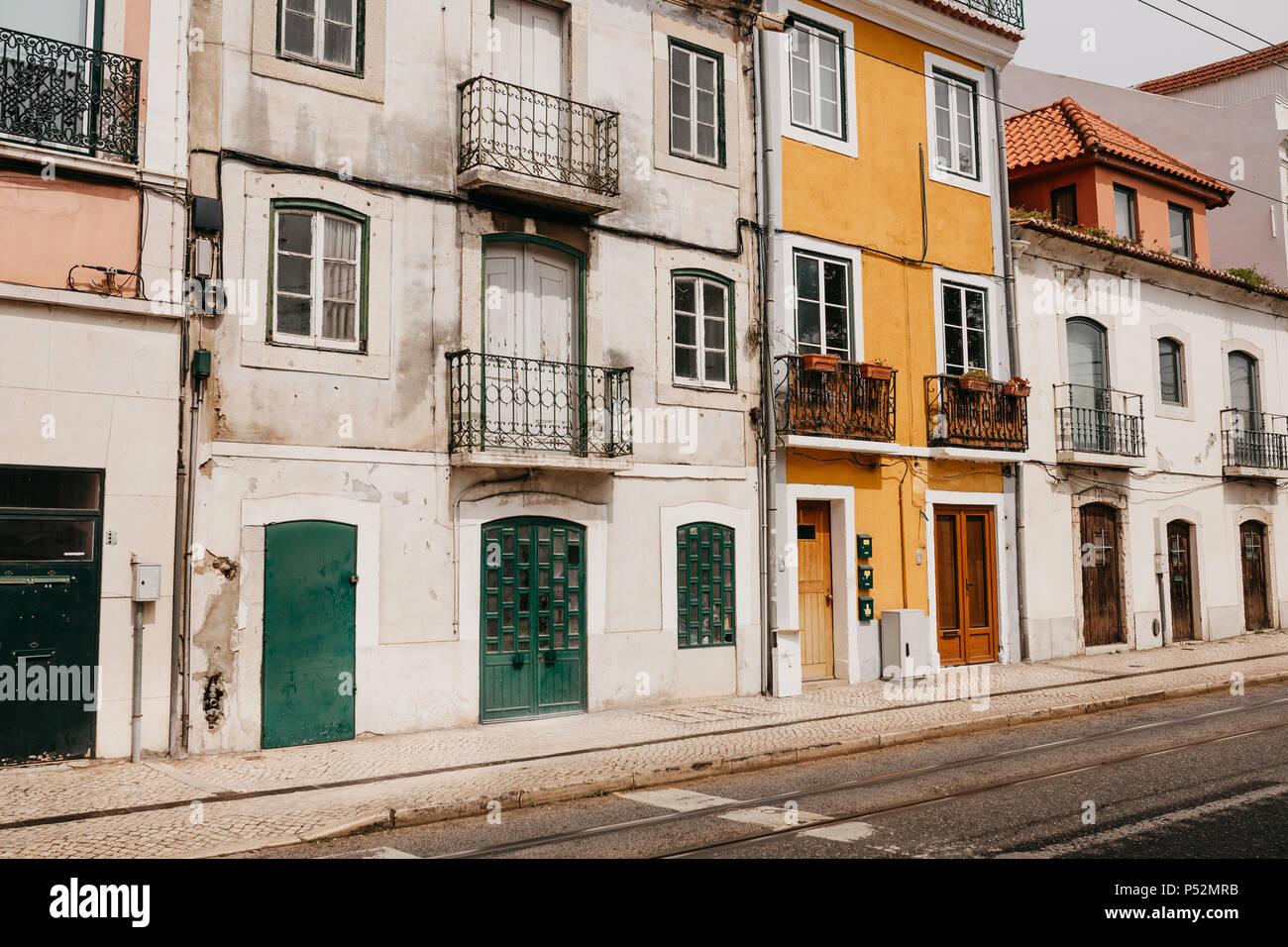 Arquitectura tradicional europeo. Hermosas casas antiguas en la calle en Lisboa en Portugal Foto de stock