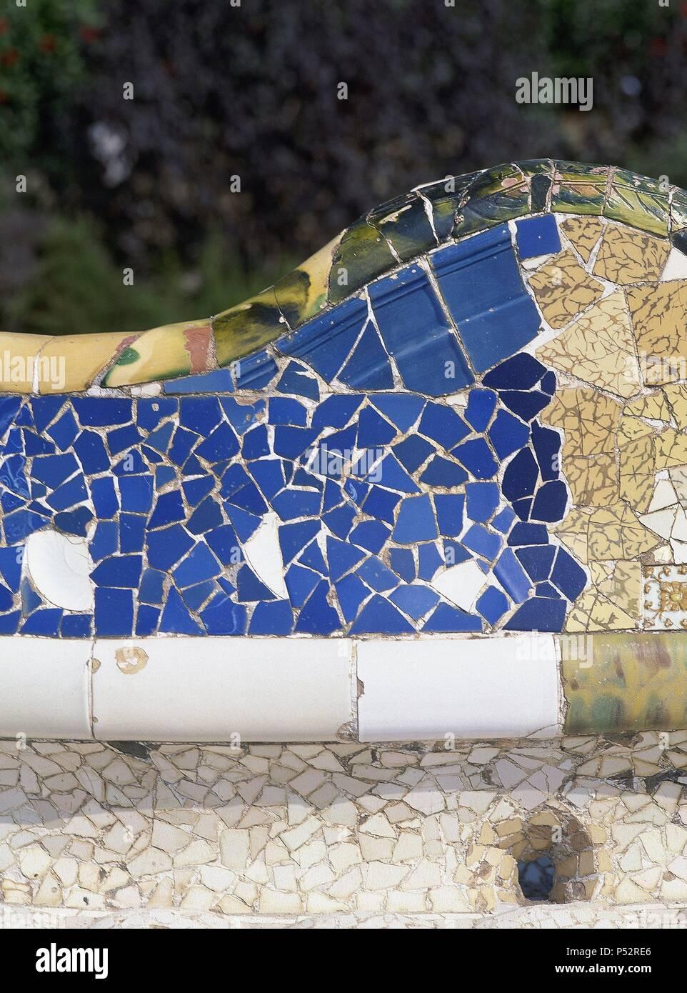 ARTE SIGLO XIX. El modernismo. ESPAÑA. Antoni Gaudí (Reus, 1852 - Barcelona, 1926). Arquitecto catalán, figura clave del modernismo. El Parque Güell (1900-1914). Concebido como una iniciativa del banquero ciudadjardín Eusebi Güell. Detalle del gran BANCO ONDULADO DE CERAMICA, en cuya decoración also intervino Josep Maria Jujol. BARCELONA. Cataluña. Imagen De Stock