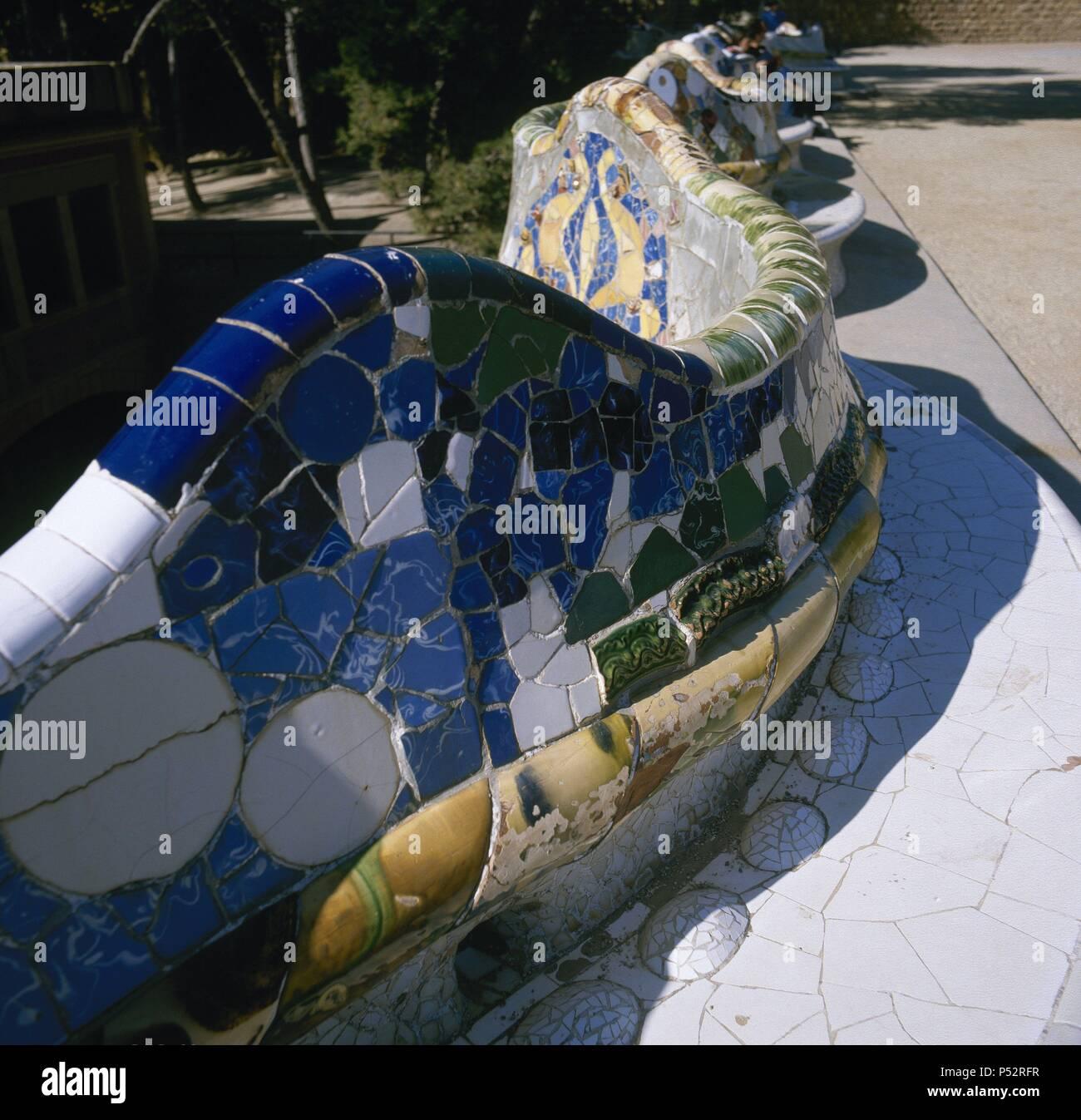 ARTE SIGLO XIX. El modernismo. ESPAÑA. Antoni Gaudí (Reus, 1852 - Barcelona, 1926). Arquitecto catalán, figura clave del modernismo. El Parque Güell (1900-1914). Concebido como ciudad-jardín a iniciativa del banquero Eusebi Güell. Detalle del gran BANCO ONDULADO DE CERAMICA, en cuya decoración also intervino Josep Maria Jujol. BARCELONA. Cataluña. Imagen De Stock