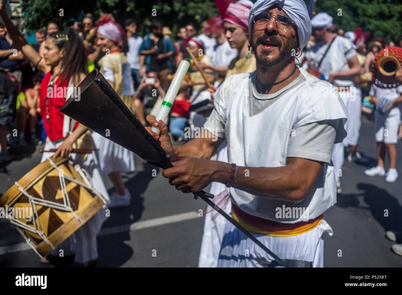 El desfile es el punto culminante del carnaval de las Culturas durante el fin de semana de Pentecostés en Berlín. Foto de stock