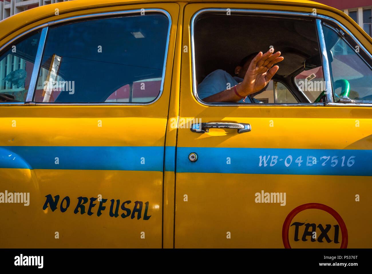 Taxi driver negarse desde el Hindustan Ambassador en Kolkata, India. Imagen De Stock