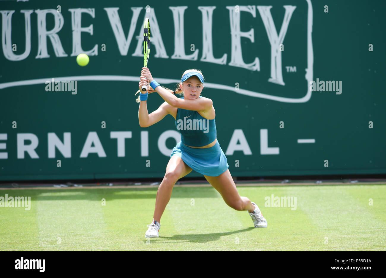 Katie Swan de Gran Bretaña juega un disparo en su primera ronda partido contra Danielle Collins de EE.UU. durante el torneo de tenis internacional Nature Valley en Devonshire Park en Eastbourne East Sussex, Reino Unido. El 24 de junio de 2018 Foto de stock