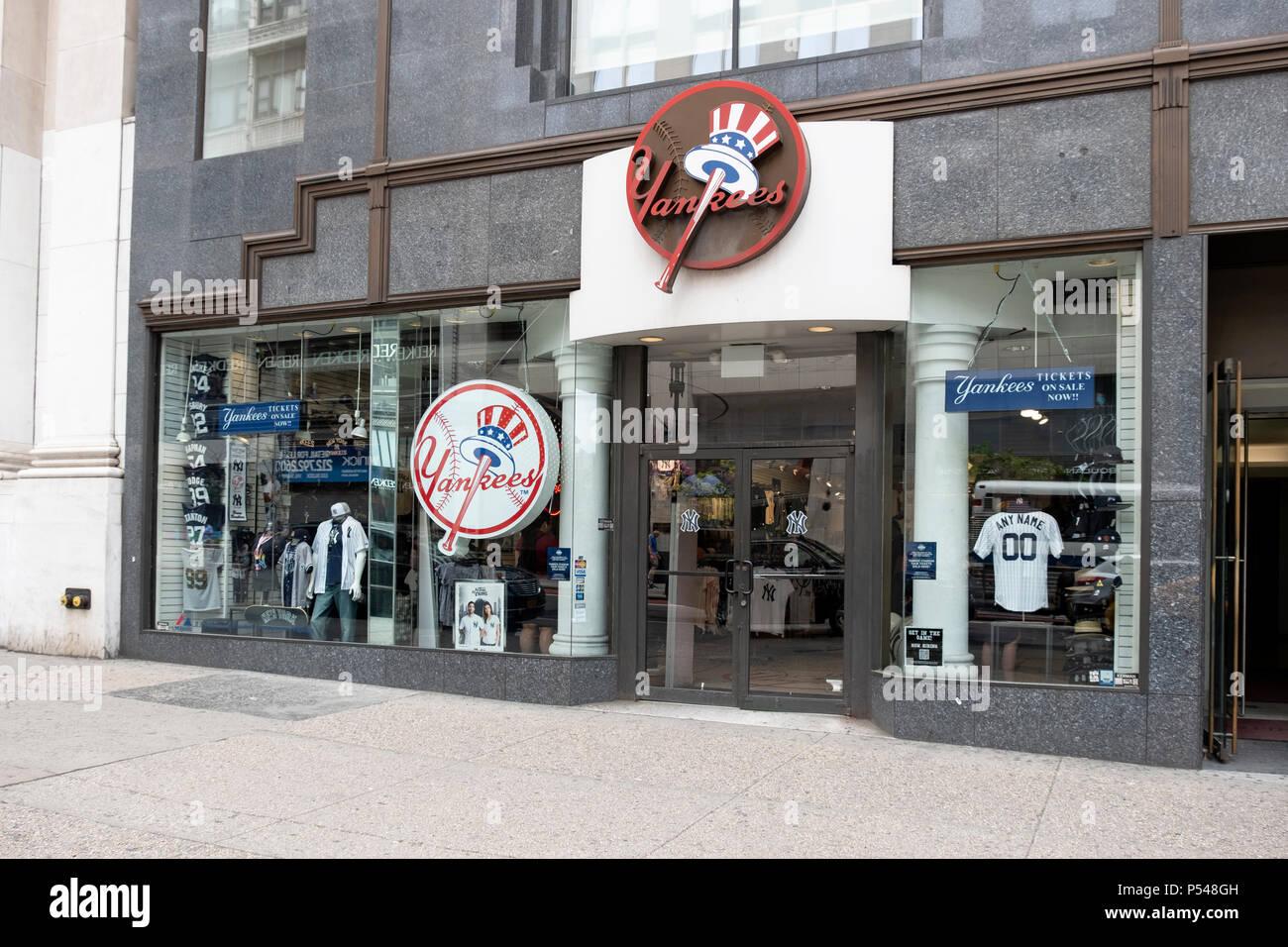 f44dda8ec3f10 El exterior de la tienda de los Yankees de Nueva York en la Quinta Avenida  en Midtown Manhattan