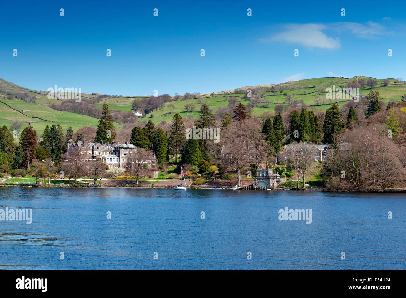 Lakeside Hermoso pueblo situado en la orilla del lago Windermere, en el pintoresco Lake District National Park, al sur de Lakeland, el Noroeste de Inglaterra, Reino Unido. Imagen De Stock