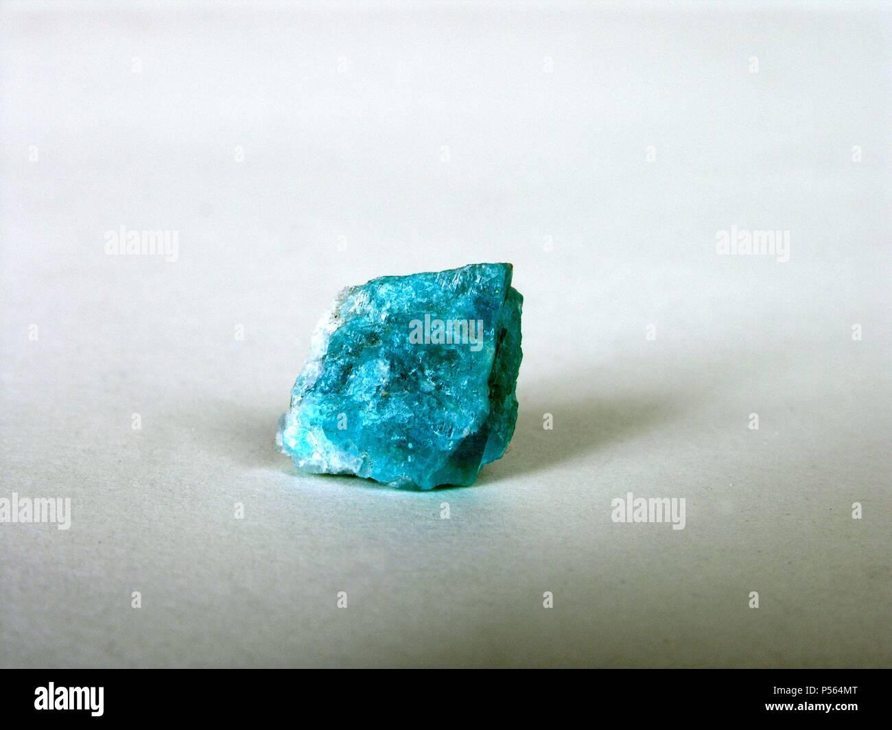 AZURITA. Carbonato básico de cobre de bello color azul, cristalizado en el sistema monoclínico. Se encuentra en los yacimientos cupríferos. Puede utilizarse como colorante. Foto de stock