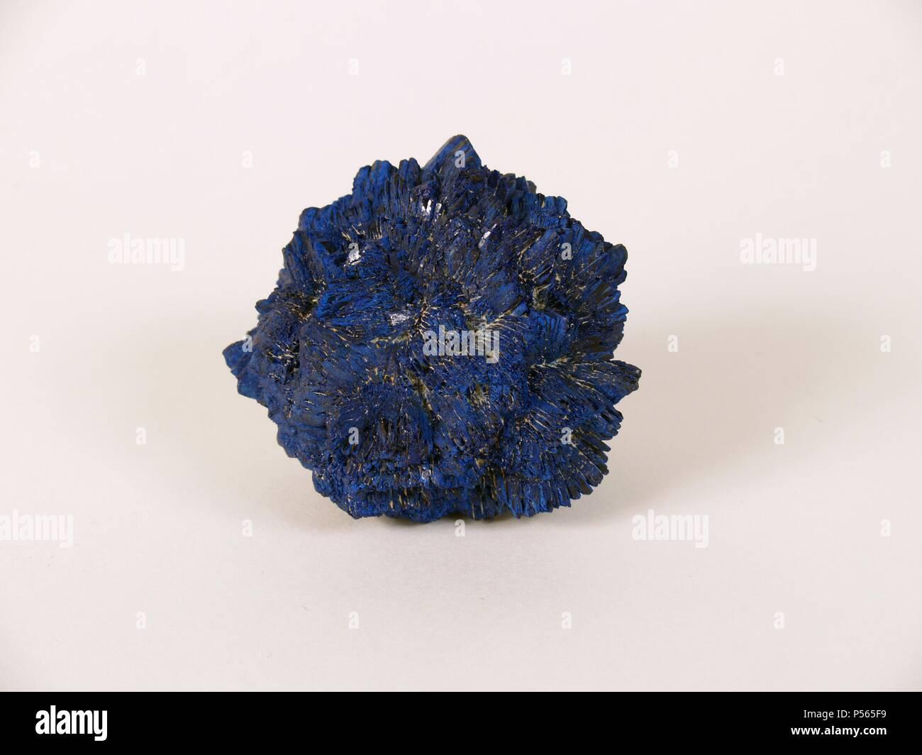 AZURITA. Carbonato básico de cobre de bello color azul, cristalizado en el sistema monoclínico. Se encuentra en los yacimientos cupríferos. Foto de stock