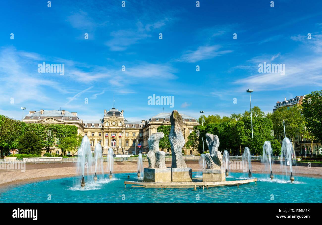 Fuente en frente de la Prefectura de Lille, Francia Imagen De Stock