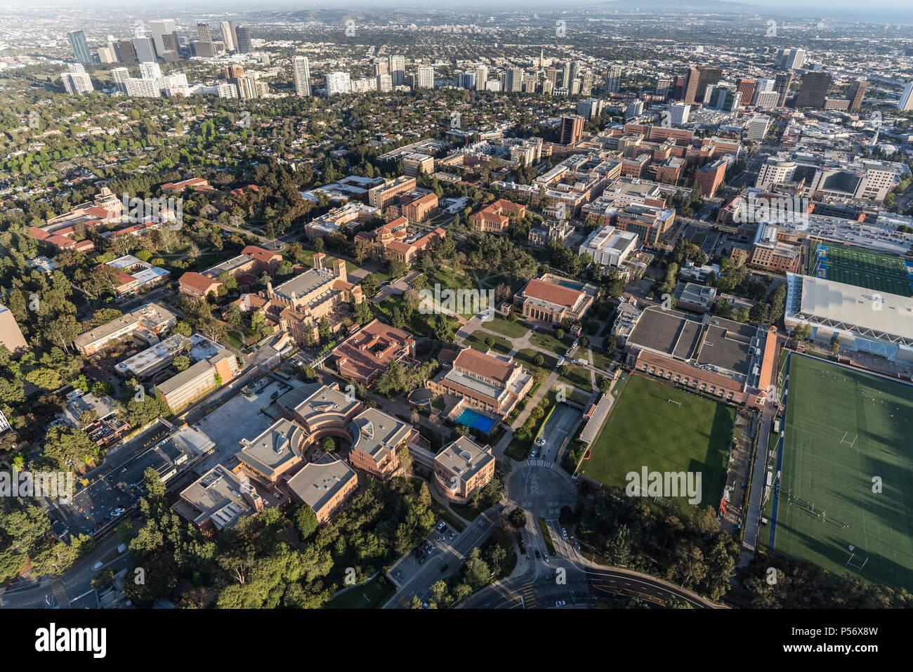Los Angeles, California, EE.UU. - 18 de abril de 2018: Antena descripción de UCLA campus con Century City y Westwood en segundo plano. Foto de stock