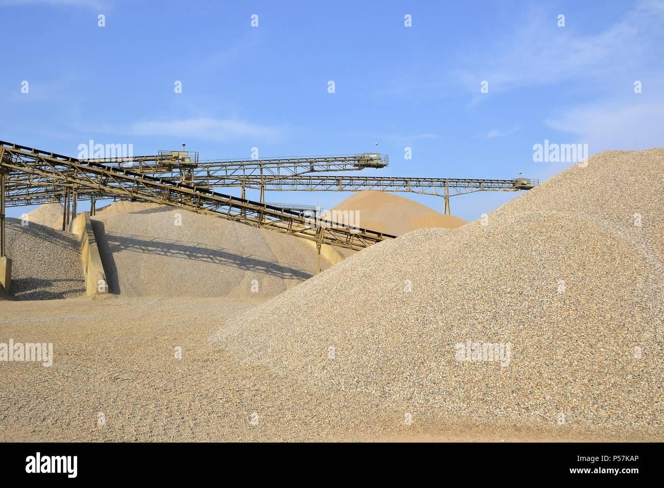 Montañas de arena y grava en un hoyo de grava Foto de stock