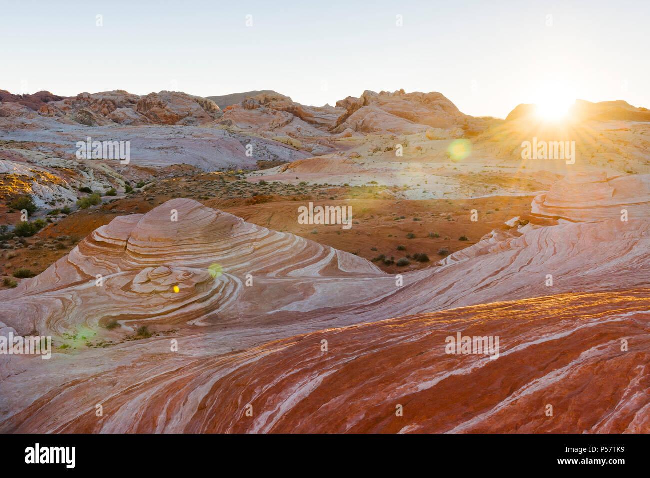 La ola de incendios, una de las muchas funciones creadas por dunas de arena petrificada crear el singular paisaje de el parque estatal Valle del Fuego en el sur de Nevada acerca de Foto de stock