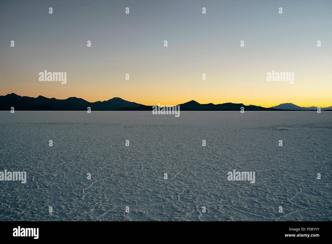 Puesta de sol en las salinas (Salar de Uyuni), Bolivia, América del Sur Imagen De Stock