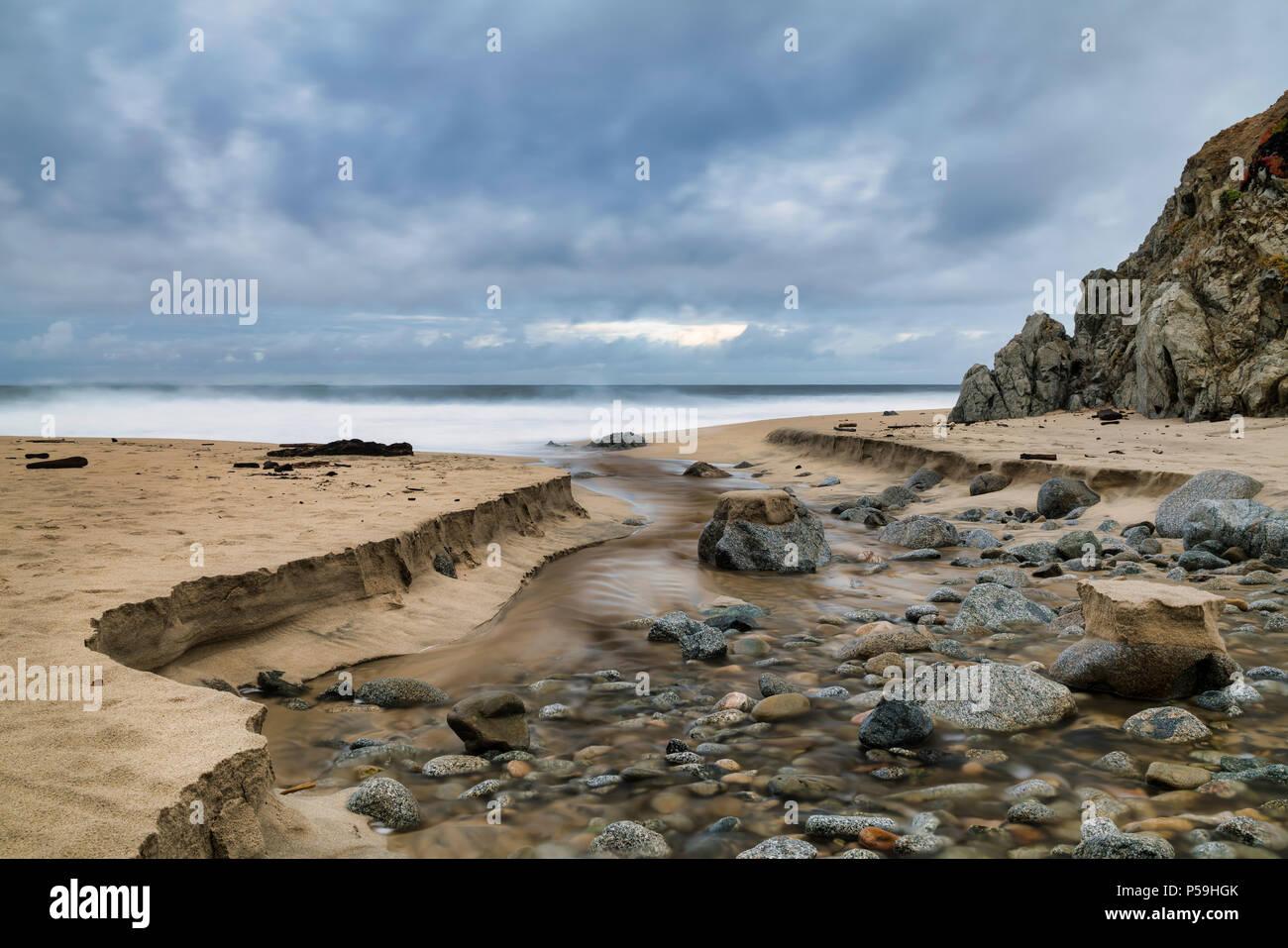 Arroyo fluye hacia el océano Imagen De Stock