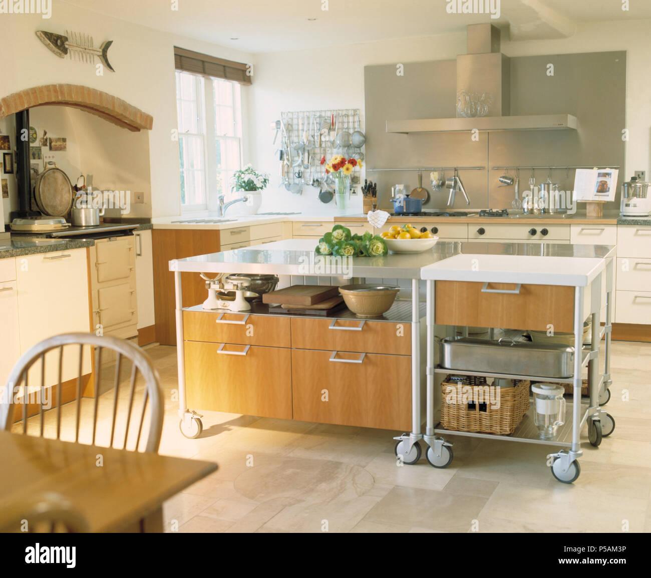 Gran isla unidad móvil sobre ruedas en la moderna cocina blanca con baldosas  de piedra caliza ec5de6a2fef9