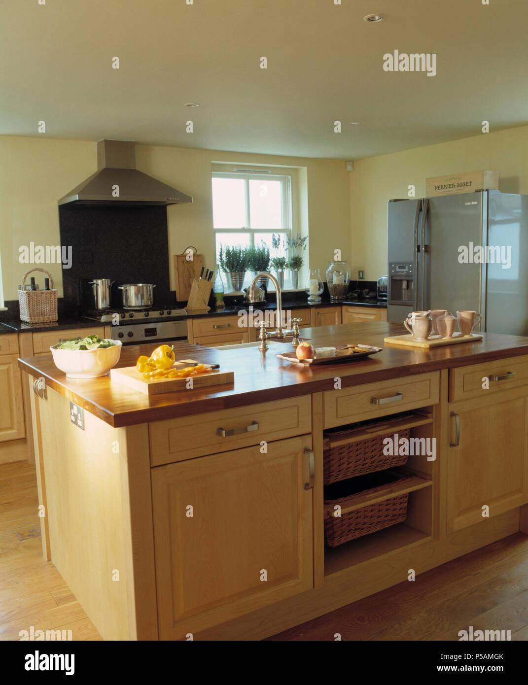 Isla Grande unidad con cestas de almacenamiento integral en la moderna  cocina de madera ligera Imagen 92cad44e8172