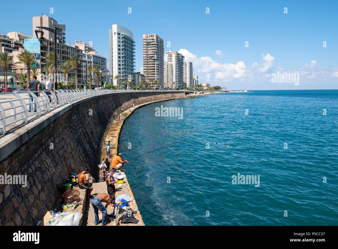 Hombres pescando desde la Corniche, en Beirut, Líbano. Imagen De Stock