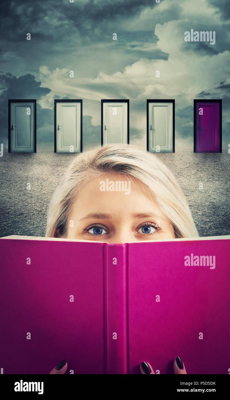 Mujer joven sosteniendo un libro morado, delante de muchas puertas elegir uno diferente para abrir. La lectura es la clave del éxito. Decisión difícil, importante Imagen De Stock