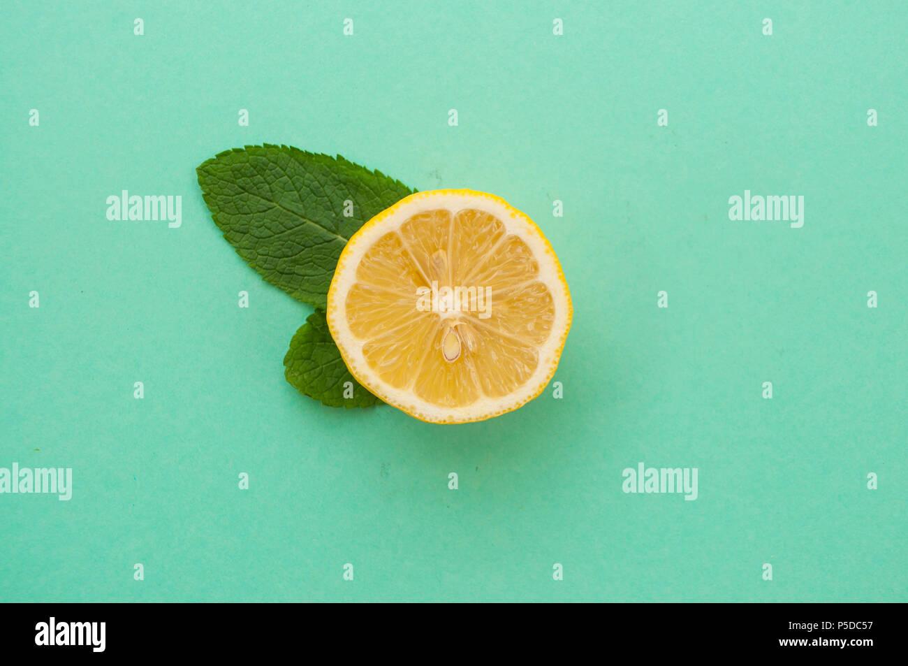 Plano de corte laico, limón y hojas de menta ingredientes. Imagen De Stock