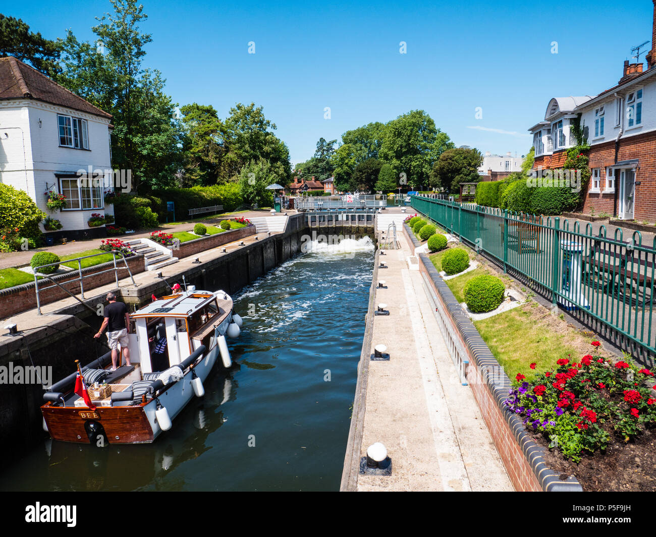 Barco pasando arrojaron, bloqueo de Marlow, el Río Támesis, en Marlow, Buckinghamshire, Inglaterra, Reino Unido, GB. Foto de stock