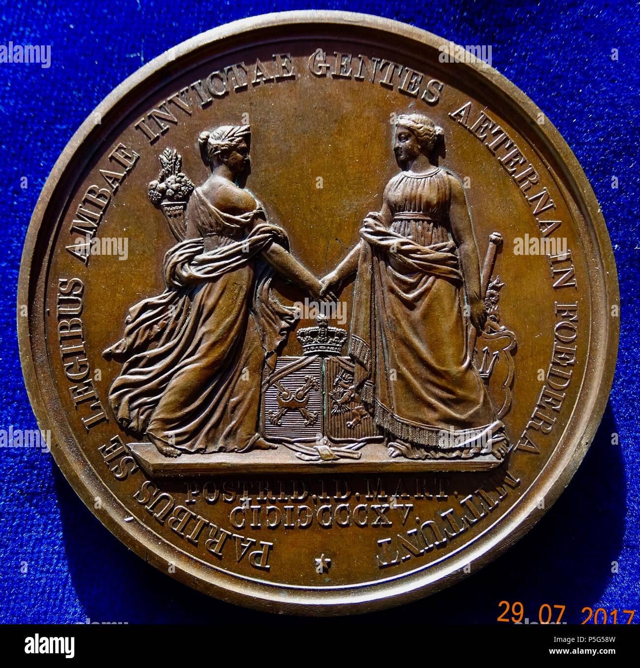 """N/A. Inglés: Los Países Bajos y Bélgica 1815 Medalla de unificación de Guillermo I, príncipe de Orange-Nassau. Medalla de bronce, d. = 72 mm. Guillermo I (Willem Frederik, Príncipe de Orange-Nassau), Rey de los Países Bajos y Gran Duque de Luxemburgo, Jefe 1815-1840 l., alrededor: """"WILH: NASS: BELG: REX. LUXEMB: M: DUX:'/ Fama Belgica l. y fama Hollandia r. La celebración de manos por encima de 2 brazos conjuntada por una corona. 2 líneas abajo: '* POSTRID. ID. MART. CICIC CCCXV.', alrededor: '* PARIBUS SE LEGIBUS AMBAE INVICTAE GENTES AETERNA EN FOEDERA MITTUNT *'. Wurzbach 9751; Forrer IV , pág. 64. Medallist: Auguste Francois) Michaut, Imagen De Stock"""