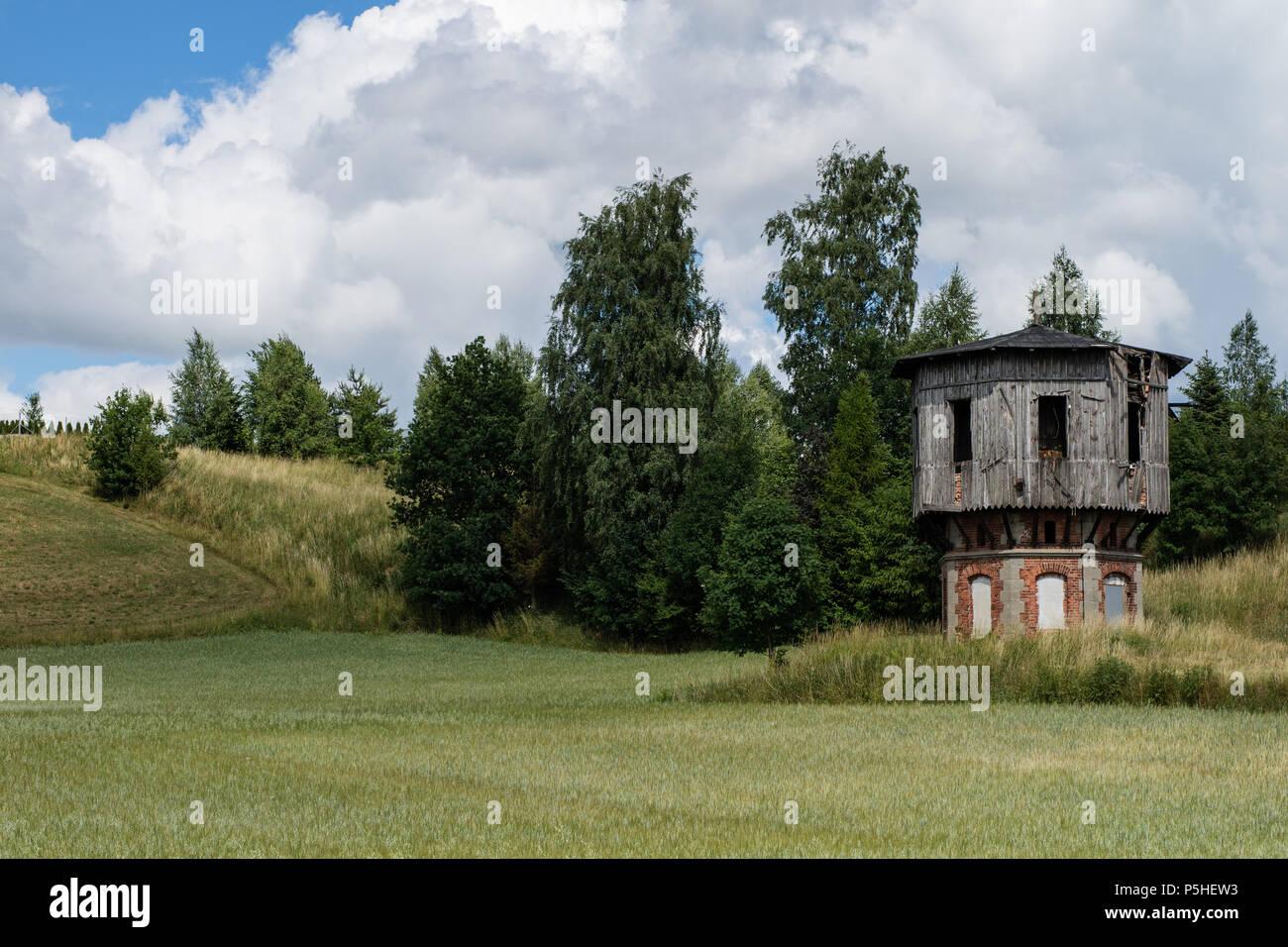 Antigua torre de agua en la estación de ferrocarril. Equipo ferroviario para el servicio de tráfico ferroviario. La temporada de verano. Imagen De Stock