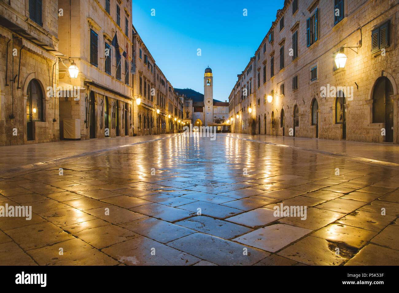 Classic vista panorámica del famoso Stradun, la calle principal del casco antiguo de Dubrovnik, en el hermoso crepúsculo matutino antes del amanecer al amanecer en verano Foto de stock