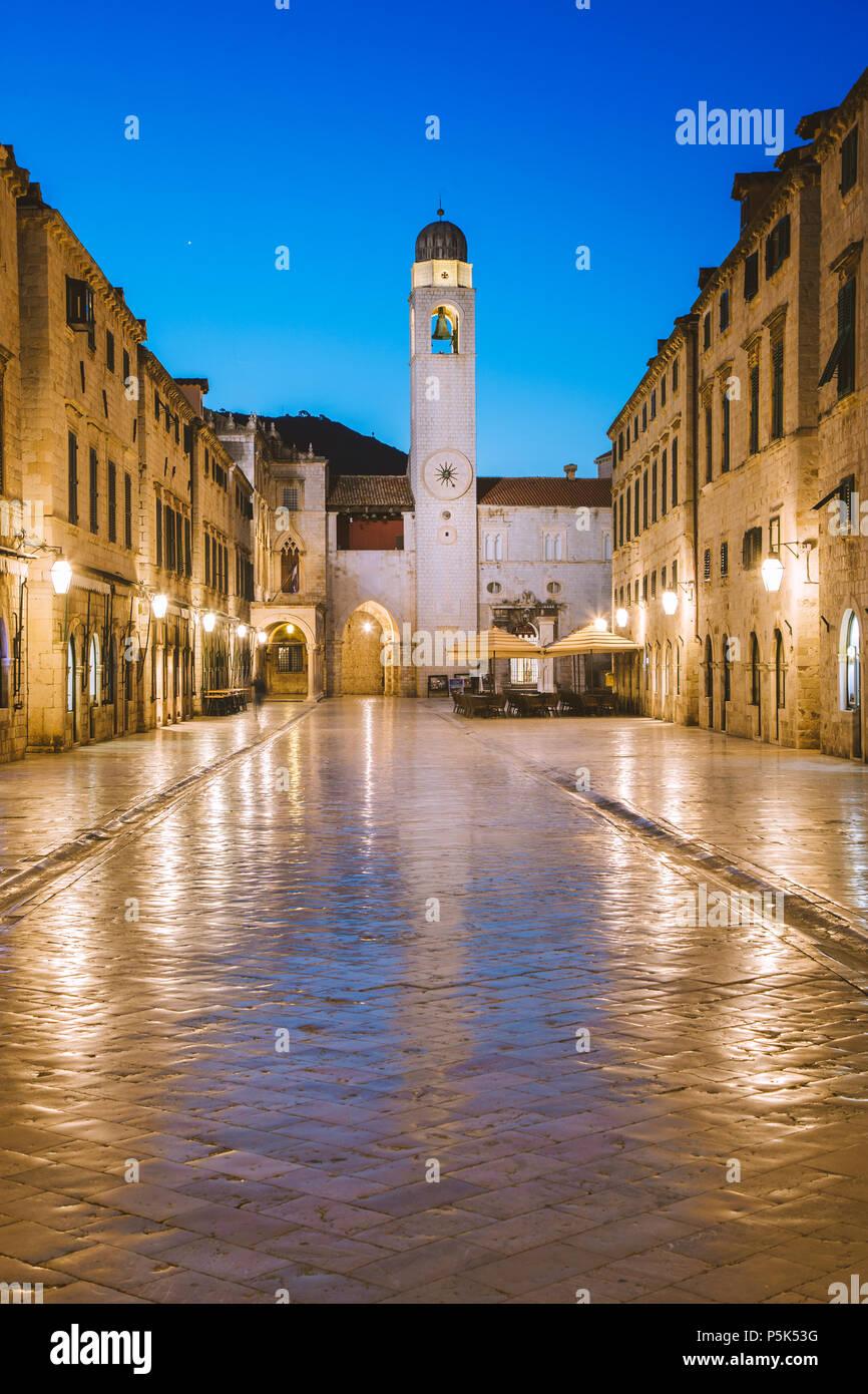 Classic vista panorámica del famoso Stradun, la calle principal del casco antiguo de Dubrovnik, en el hermoso crepúsculo matutino antes del amanecer al amanecer en verano Imagen De Stock