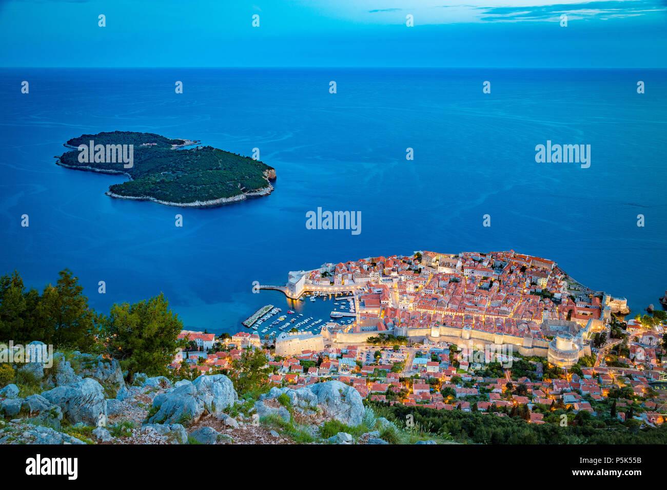 Vista aérea panorámica de la histórica ciudad de Dubrovnik con Lokrum Island en el hermoso crepúsculo vespertino al anochecer, Dalmacia, Croacia Foto de stock