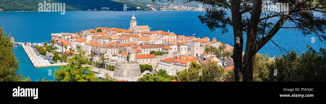 Hermosa vista del casco histórico de la ciudad de Korcula en un hermoso día soleado con el cielo azul y las nubes en verano, la isla de Korcula, Dalmacia, Croacia Foto de stock