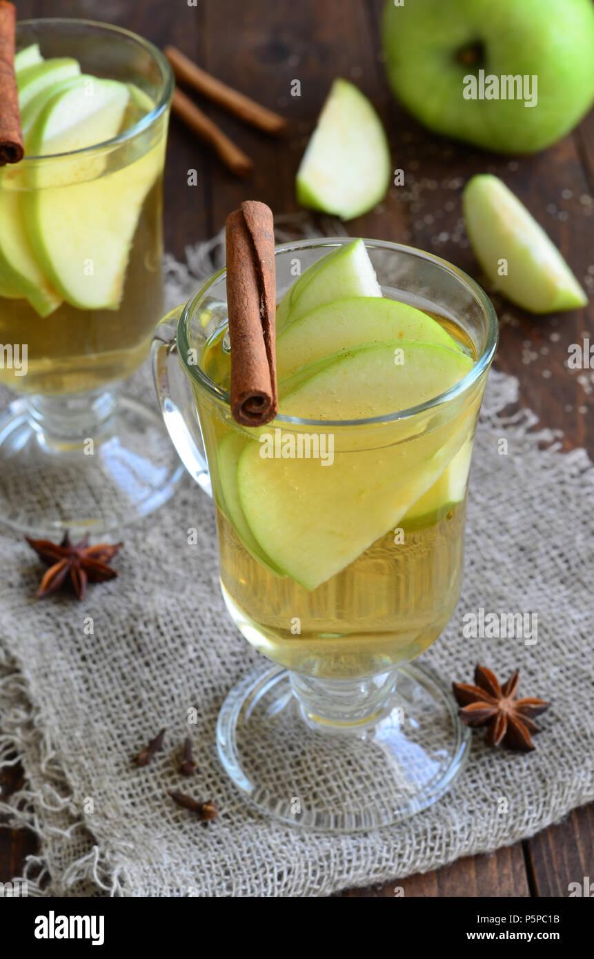 Manzana y canela bebida caliente sobre fondo de madera Imagen De Stock