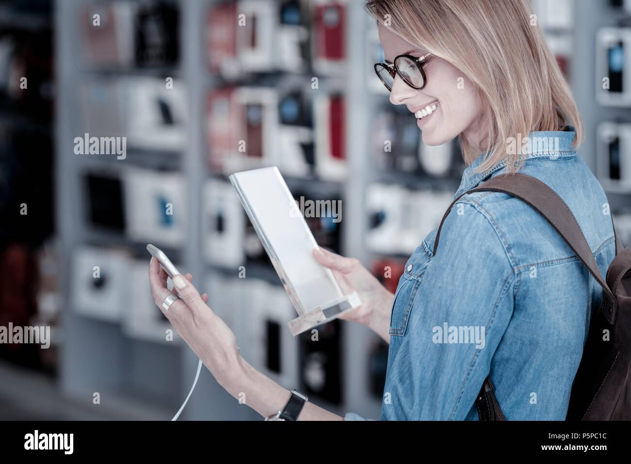 Responsable cliente leer una descripción detallada de un gadget Foto de stock