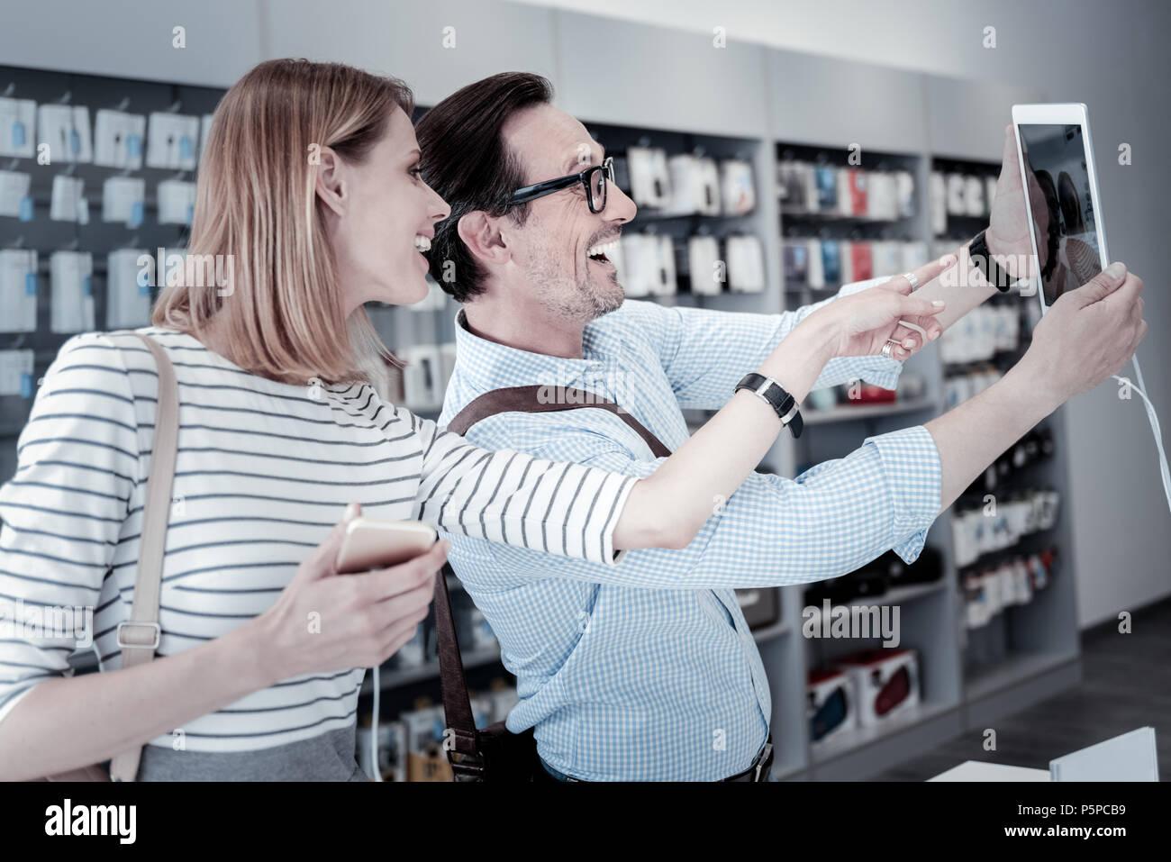 Lindo gracioso gente tomando una fotografía en una tienda. Foto de stock