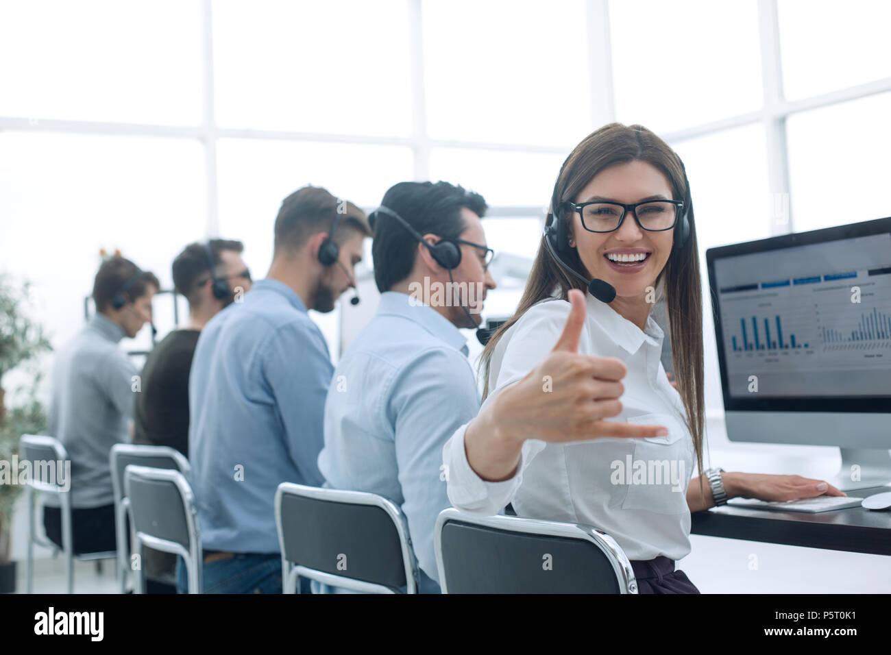 Sonriente empleado del centro de negocios mostrando pulgar arriba Imagen De Stock
