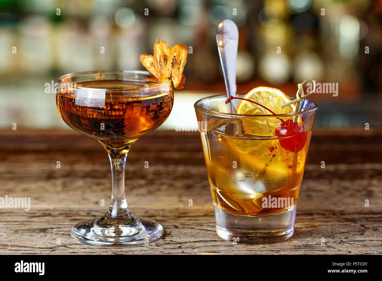 tecnologías sofisticadas mejor autentico sitio autorizado Dos cócteles en el bar, tragos para hombres y mujeres, una ...