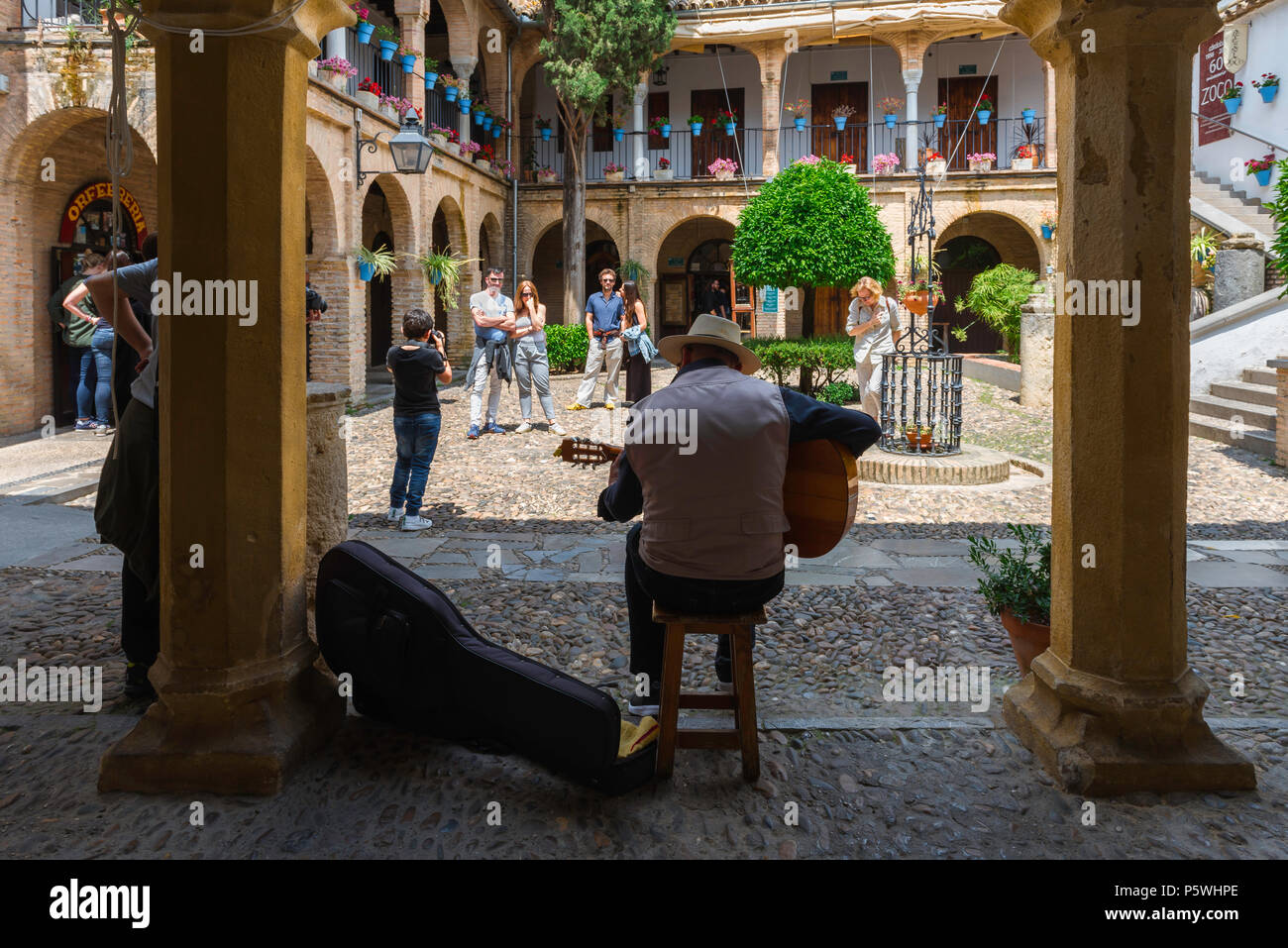 [Image: andalucia-espana-patio-vista-trasera-de-...p5whpe.jpg]