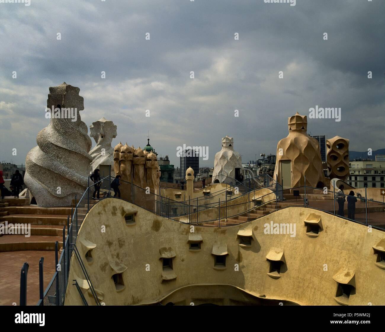 TEJADO ONDULADO Y CHIMENEAS MODERNISTAS- 1906-10. Autor: Antoni Gaudí (1852-1926). Ubicación: la CASA MILÀ O LA PEDRERA Y EXTERIOR, España. Imagen De Stock