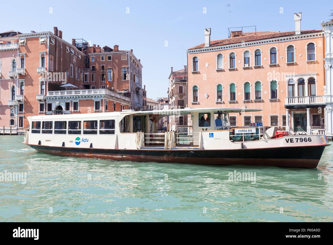 Corsa Bis vaporetto utilizada como servicio complementario en las horas pico y en festivales, Grand Canal, Venice, Veneto, Italia. Transporte público Bus acuático Imagen De Stock
