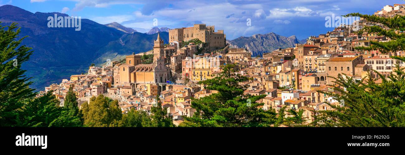Impresionante Caccamo village, vista con un viejo castillo y mountians,Sicilia, Italia. Foto de stock