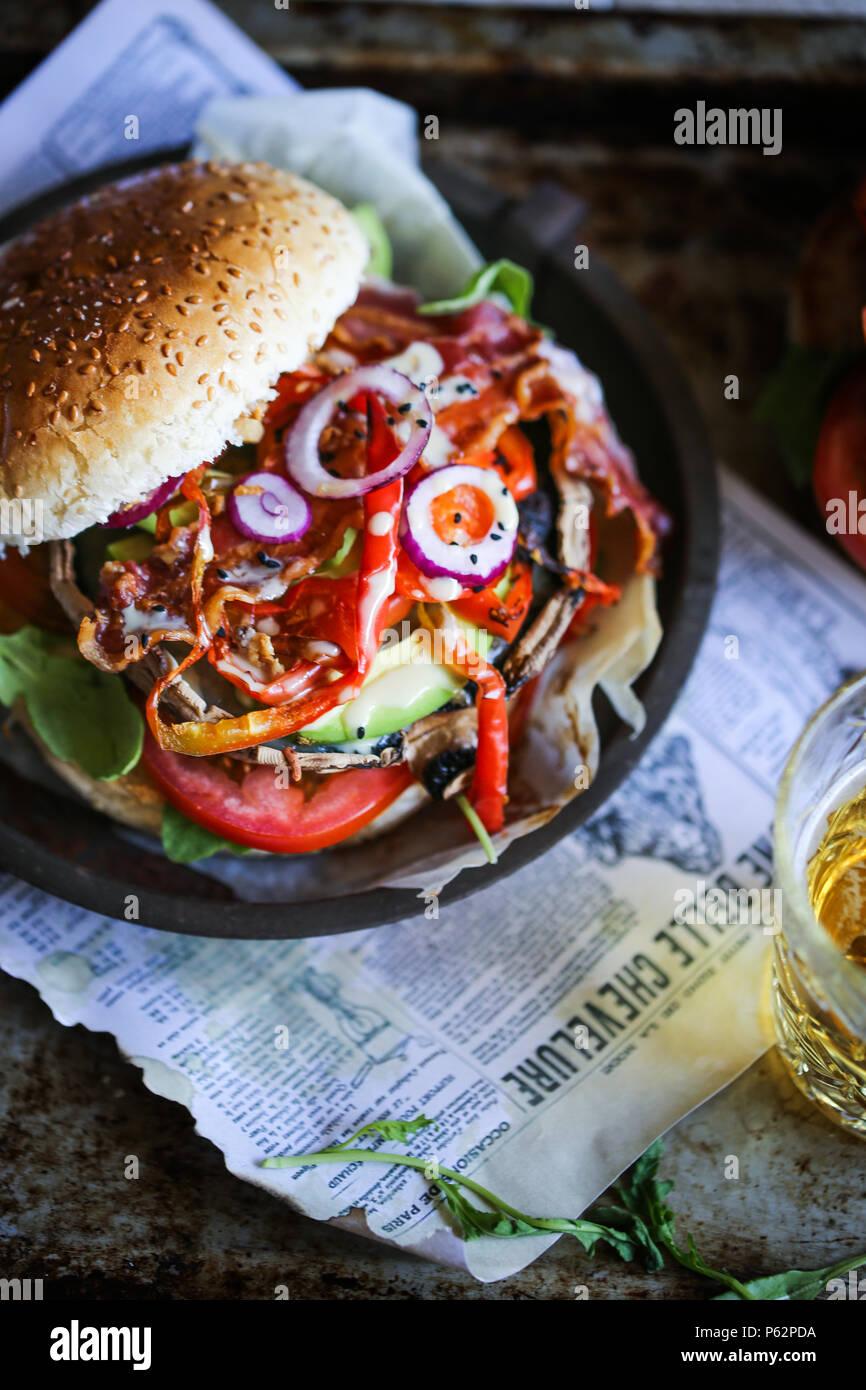 Deliciosas parrilladas Champignon Portobello hamburguesa con un montón de verduras Imagen De Stock