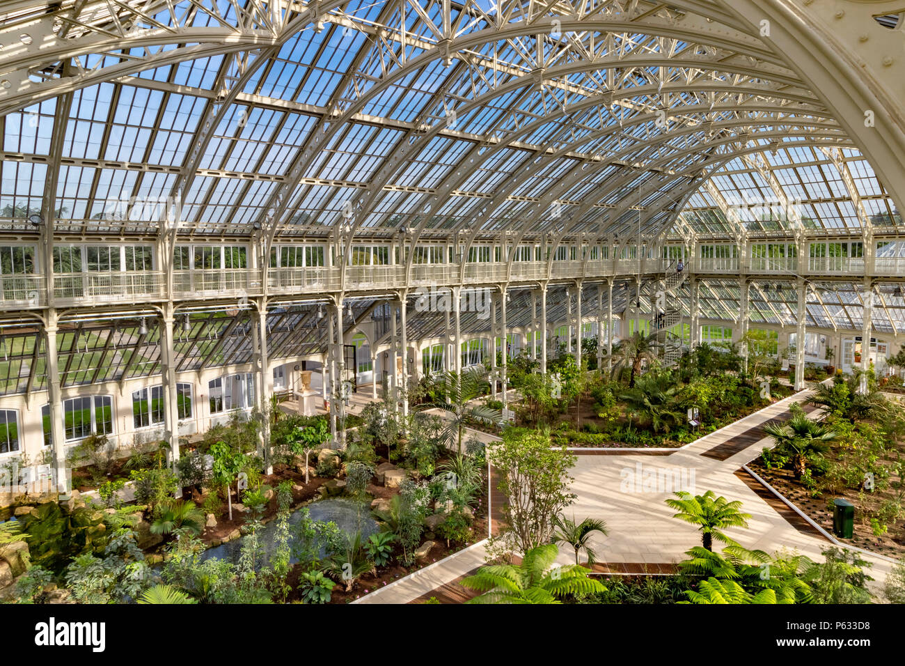 Después de 5 años de restauración, la recién restaurada casa templada en el Royal Botanic Gardens, Kew, en Londres, ha vuelto a abrir sus puertas a los visitantes . Foto de stock