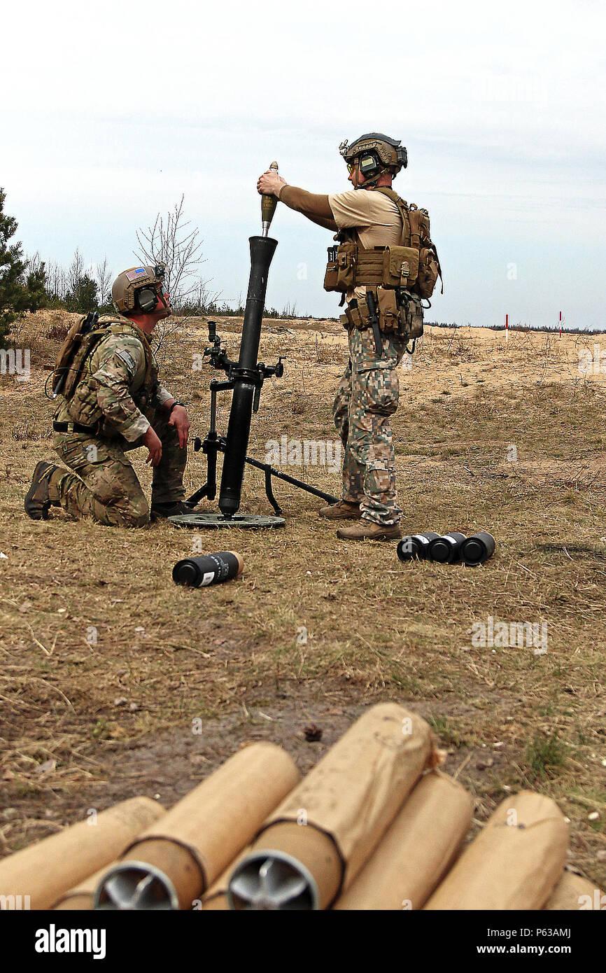Un soldado de las fuerzas especiales de Letonia se cuelga una granada de  mortero de 81 a8087761a49