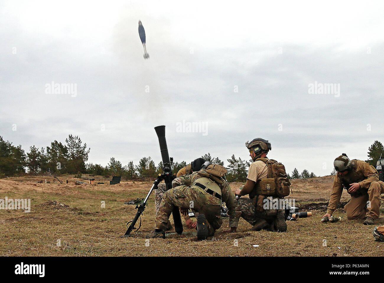 Un letón y un soldado de las fuerzas especiales del Comando de Operaciones  Especiales de Europa 1f22b74a922