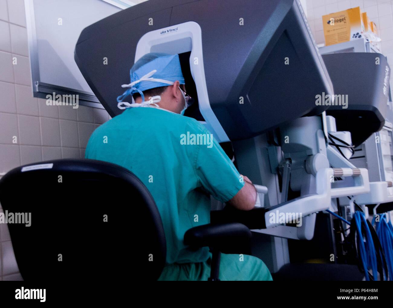 El Dr. Samuel Cancel-Rivera, un obstetra/ginecólogo médico mira a través de un sistema de imagen 3D mientras opera a un paciente utilizando la última state-of-the-art Robotic Surgical System en el William Beaumont Army Medical Center, el 2 de mayo. El cirujano-manipulado sistema permite a los cirujanos operar con la articulación de instrumentos que se doblan y giran mucho mayor que la muñeca humana a través de una incisión más pequeña que un centímetro.William Beaumont Army Medical Center realizó la primera cirugía robótica en el Departamento de Defensa utilizando el sistema quirúrgico. Foto de stock