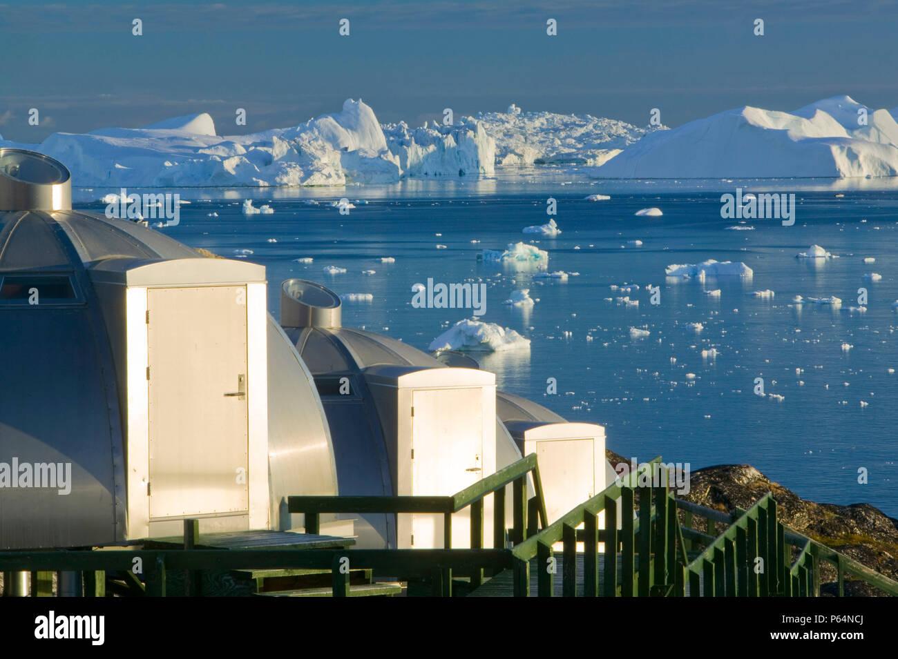 Los Igloos fuera del Ártico Hotel en Ilulissat en Groenlandia. Ilulissat es un sitio del Patrimonio Mundial de la UNESCO debido al Glaciar Jacobshavn o Sermeq Kujal Foto de stock